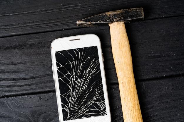 現代の壊れた携帯電話。壊れた画面を持つスマートフォン Premium写真
