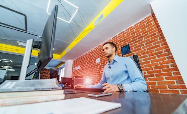 プログラミングおよびコーディング技術の開発。ウェブサイトデザイン。ソフトウェア開発会社のオフィスで働くプログラマー。 Premium写真
