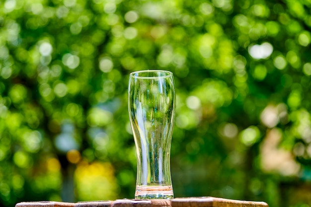 木製のテーブルにビールの空のグラス Premium写真