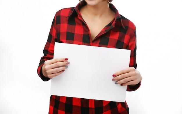 Красивая женщина протягивает пустую карту. Premium Фотографии