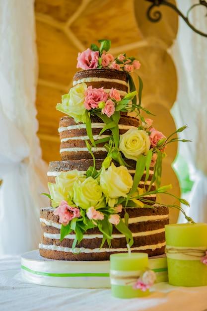 Элегантный свадебный торт с желтыми цветами Premium Фотографии