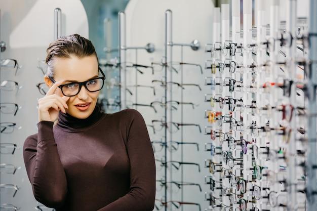 光店で眼鏡を持つ女性 Premium写真