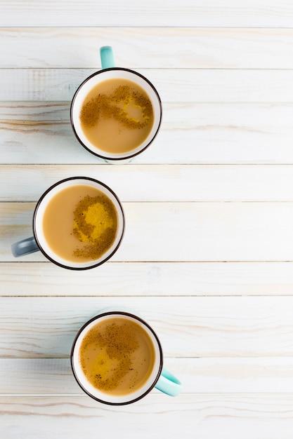 シナモンと生姜の冬のスパイスとセラミックカップのマサラ茶 Premium写真