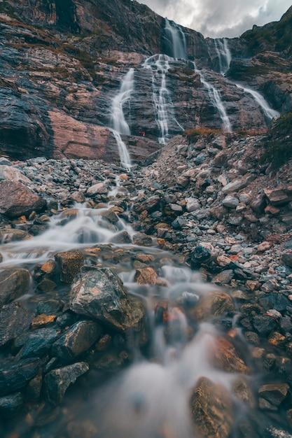 山の風景、下からぼかしの滝 Premium写真