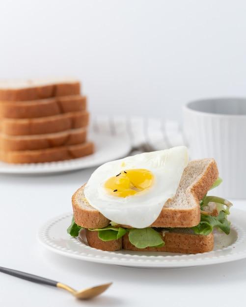 レタスと目玉焼きのサンドイッチ 無料写真
