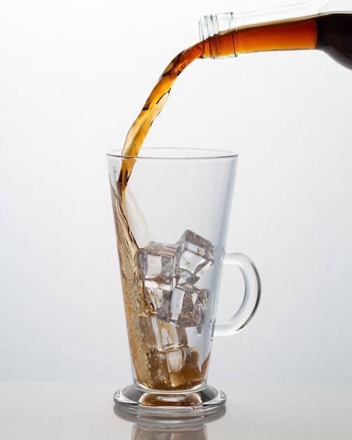 ガラスのコップに注ぐソフトドリンク 無料写真