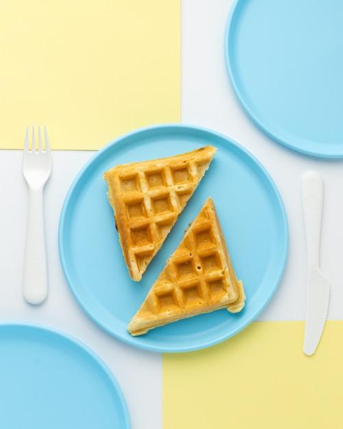 幼稚な青い皿、上面のおいしいワッフル 無料写真