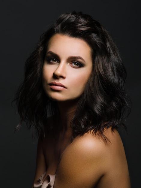 暗い背景に若い女性の肖像画 Premium写真