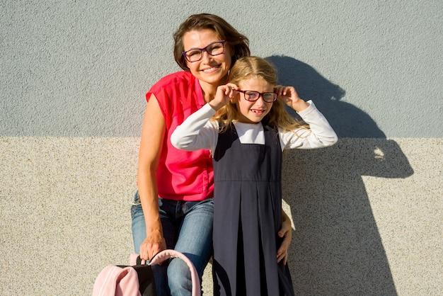 眼鏡をかけたママと娘の肖像 Premium写真