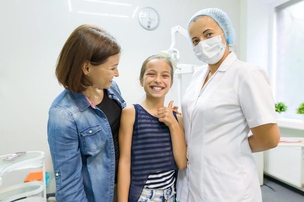 母と娘の小児歯科医を訪問 Premium写真