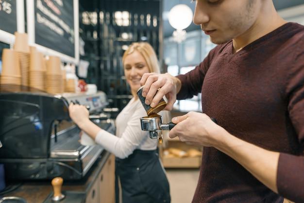 バリスタ男と女のコーヒー、コーヒーショップで働く若者たちのカップル。 Premium写真