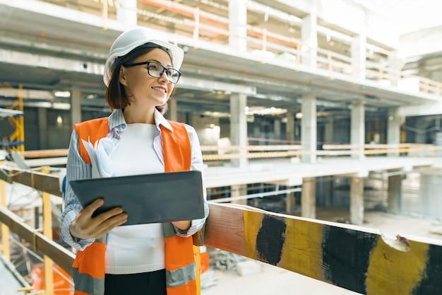 建設現場で成熟した建築家の女性の肖像画 Premium写真
