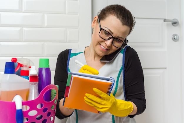 メイドの女性が掃除しています。 Premium写真