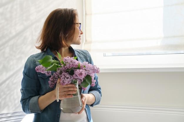 ライラックの花束と中年の女性の肖像画 Premium写真
