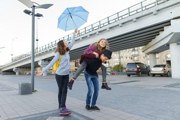 都市で楽しんでいるティーンエイジャーのグループ Premium写真