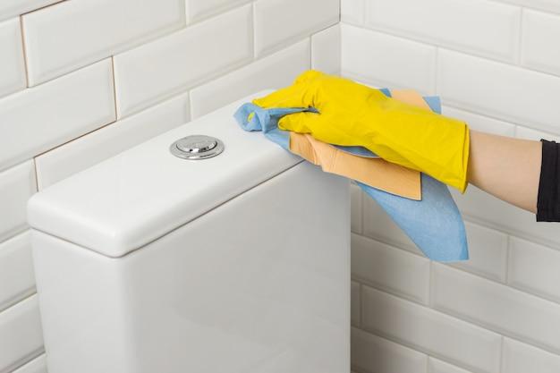 トイレを洗う人 Premium写真