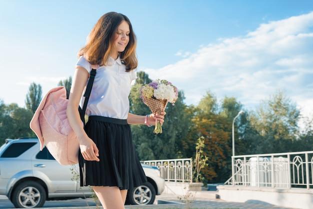 花の花束とティーンエイジャーの女の子 Premium写真