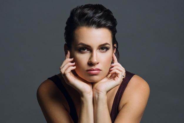 若い女性の肖像画 Premium写真