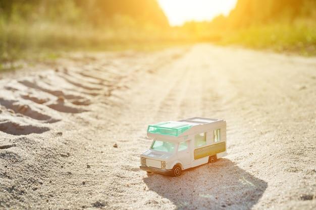 おもちゃのレトロな車-旅行と冒険のシンボル Premium写真