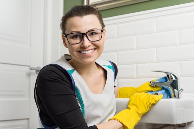 Портрет улыбающегося взрослая женщина, уборка дома Premium Фотографии
