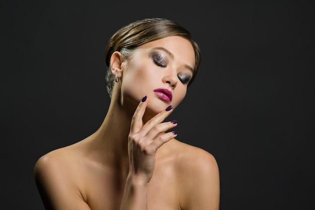 Портрет красивой женщины на темном фоне Premium Фотографии