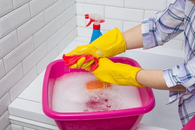 女性は自宅のトイレで掃除しています Premium写真