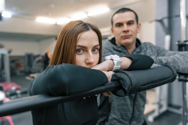 若いカップル、関係、フォーカスと男の深刻な女性 Premium写真