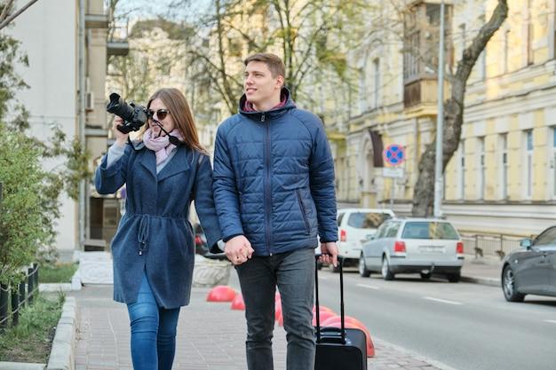 カメラが付いている都市の若い男性と女性のブロガーのカップル Premium写真
