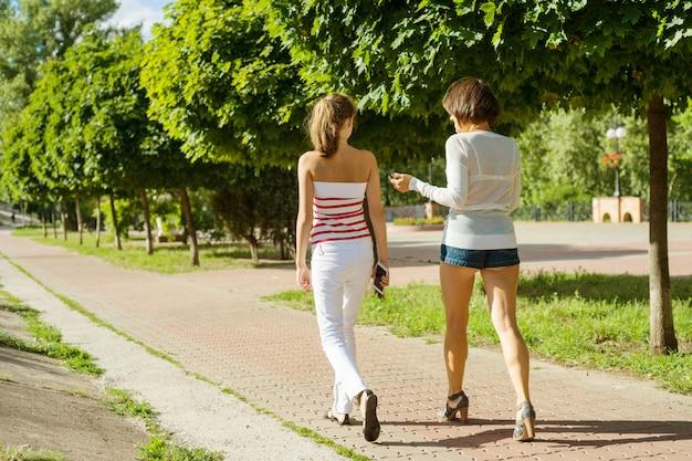 母と娘のティーンエイジャーが歩く Premium写真