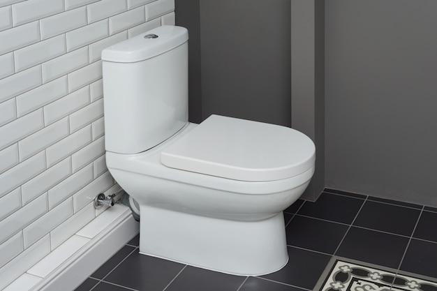 バスルームのインテリアのクローズアップで白いセラミック便器 Premium写真