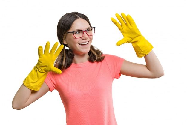 黄色のゴム製保護手袋で陽気な少女の笑顔 Premium写真