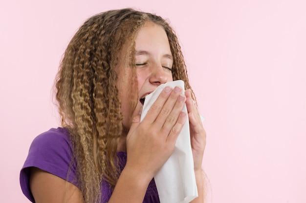 Аллергический ринит на летних каникулах в путешествии девочки-подростка. Premium Фотографии