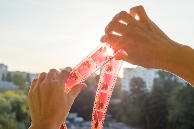 フィルムのコイル。時間の概念-昨日、過去、ずっと前。 Premium写真
