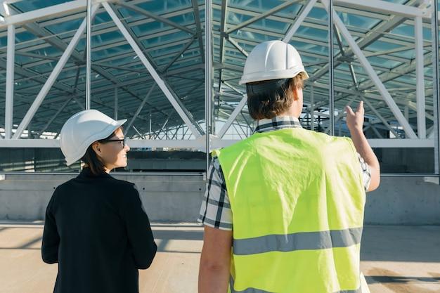 建設現場のエンジニアおよび建築家 Premium写真