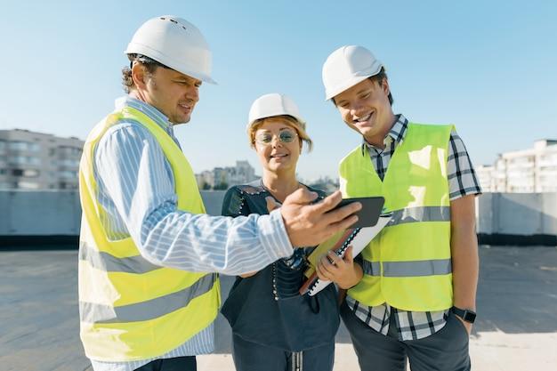 建築現場のエンジニア、建設業者、建築家のグループ Premium写真