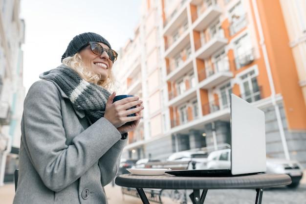 Портрет молодой улыбающейся женщины в теплой одежде Premium Фотографии