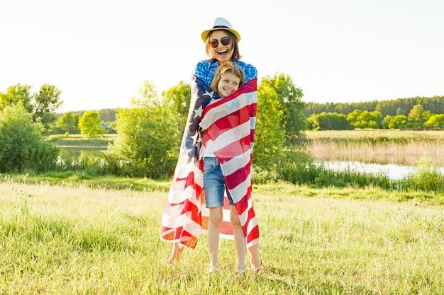 ママと娘とアメリカの国旗 Premium写真