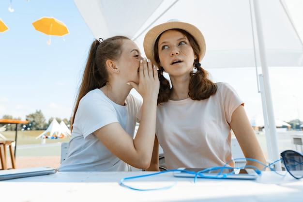 Девочки-подростки веселятся, разговаривают, тайны, смеются. Premium Фотографии