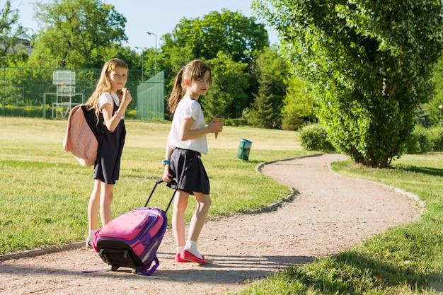 Школьница учеников начальной школы гуляет Premium Фотографии