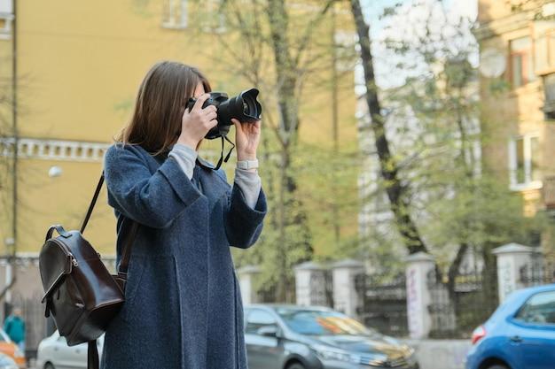 街で写真を撮る女の子観光客 Premium写真