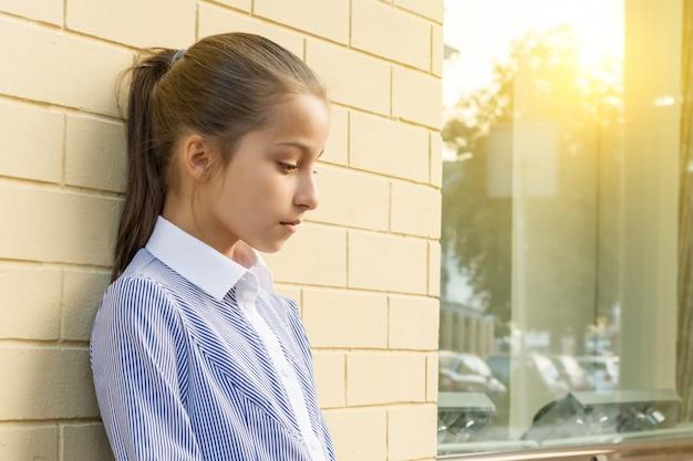 悲しいと疲れてかわいい小さな女の子。 Premium写真