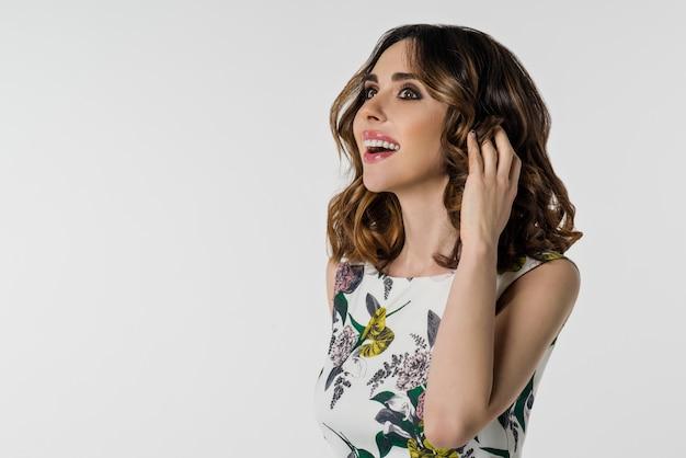 Красивая женщина с каштановыми волосами и карими глазами Premium Фотографии