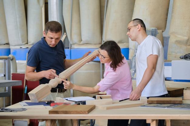 木製品を議論する働く人々のグループ Premium写真
