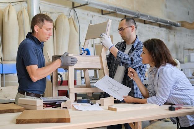 木工ワークショップで働くデザイナーのグループ Premium写真