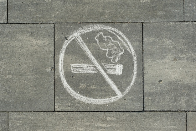 Знак не курить окрашены на сером тротуаре Premium Фотографии