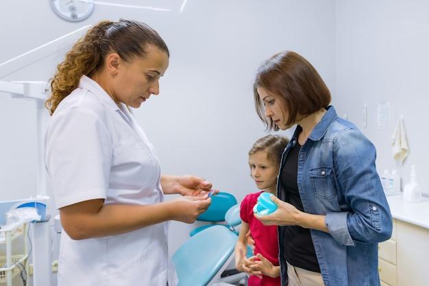 Мать и дитя девушка на встрече с врачом-ортодонтом Premium Фотографии