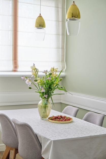 家のダイニングルームのインテリア、花、イチゴの春夏の花束 Premium写真
