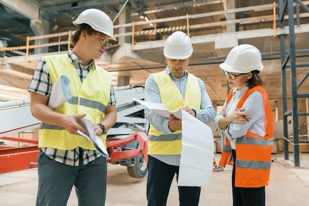 工事現場を調べる女性工事検査員 Premium写真