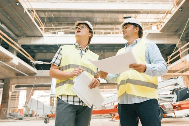 建設現場を調べる男性の建設検査官。 Premium写真