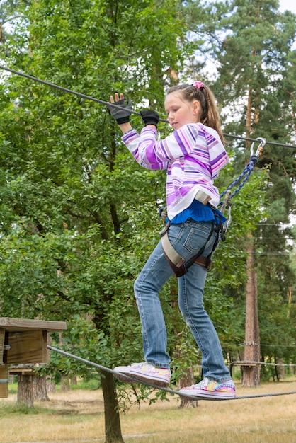 Девушка в парке приключений Premium Фотографии